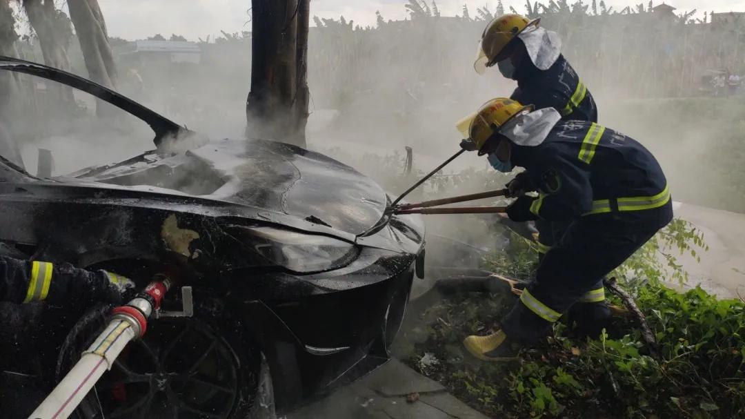 广州特斯拉撞树自燃,排除司机存在酒驾、毒驾的情况